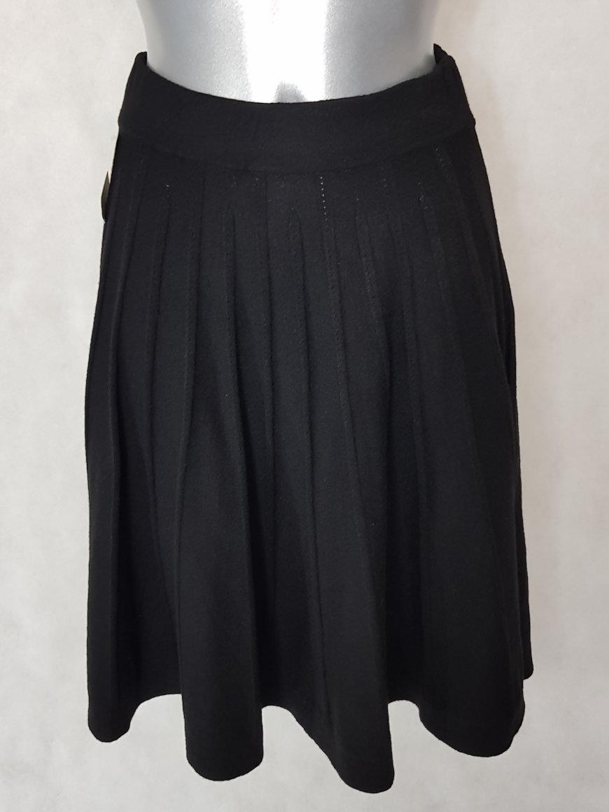 jupe-femme-pull-noir-courte-et-evasee1