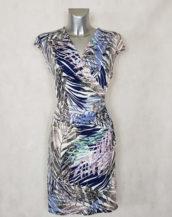 Robe femme drapée parme motif feuille tropicale col effet cache cœur
