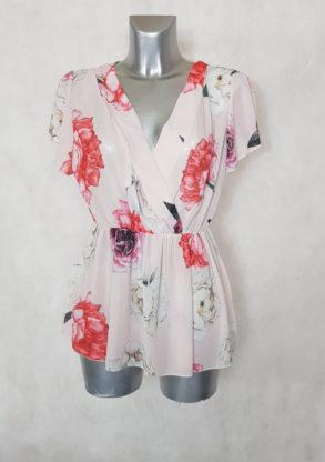 Tunique femme cache-cœur voile floral rose taille élastiquée et manches courtes.
