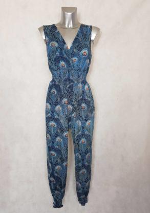 Combi-pantalon femme bleu à smocks motif paon col V sans manches.
