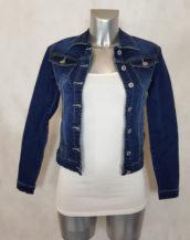 Veste jeans femme bleu cintrée et courte jeans brut légèrement délavé