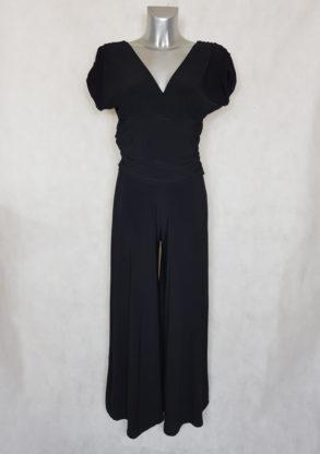 Combi-pantalon femme large uni noir col V manches courtes.