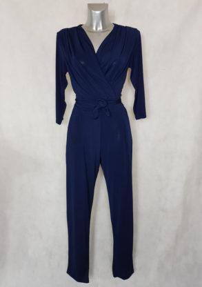 Combinaison pantalon femme bleu fuselée col V avec manches ¾ et ceinture à nouer