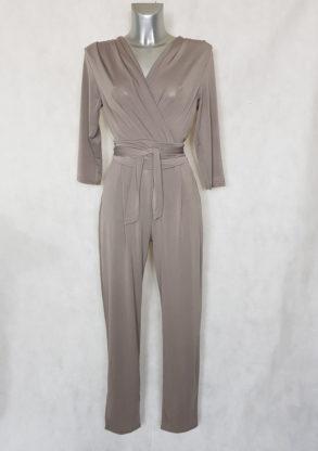 Combinaison pantalon femme taupe fuselée col V avec manches ¾ et ceinture à nouer