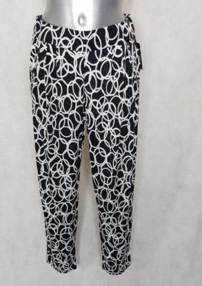 Pantalon femme carotte fluide noir motif cercle.