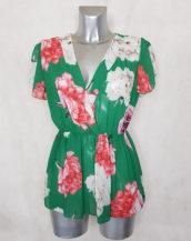 Tunique femme cache-cœur voile floral vert taille élastiquée et manches courtes.