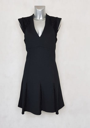 Robe femme courte évasée noir à dentelle sans manches.