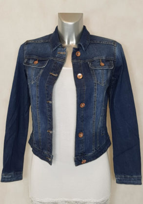 Veste en jeans bleu femme cintrée et courte jeans brut légèrement délavé